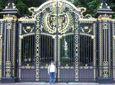 Larger Picture The Gates At Buckingham Palace